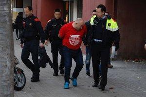 Operación antidroga de los Mossos en Barcelona. En la imagen, una detención en Cristóbal de Moura con Rambla de Prim.