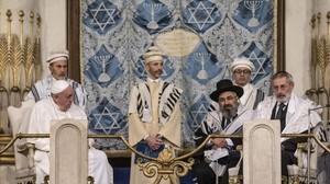 El papa Francesc, assegut a lesquerra de la imatge, durant la seva visita a la Gran Sinagoga de Roma.