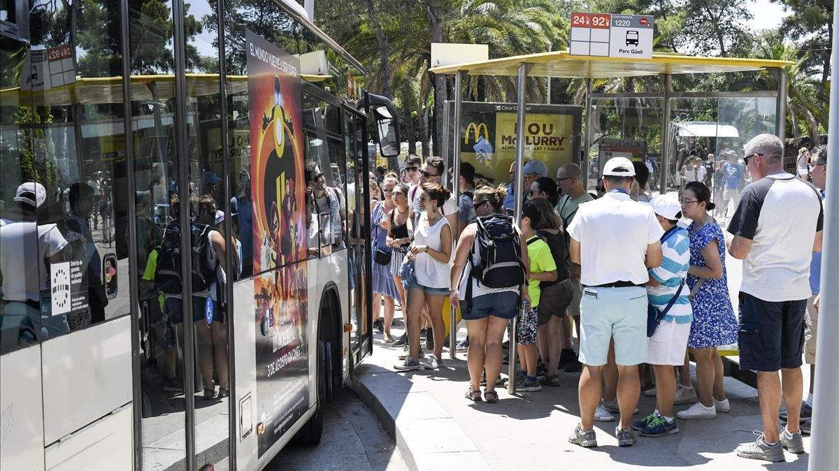 Una parada de los autobuses 24 y 92, repleta de turistas.