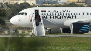 Pasajeros desembarcan del avión secuestrado.