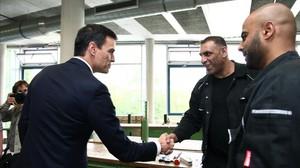 Pedro Sánchez, durante su visita a un centro de asistencia a refugiados, este miércoles en Berlín.