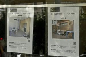 Anuncios de alquiler en una inmobiliaria de Ciutat Vella (Barcelona).
