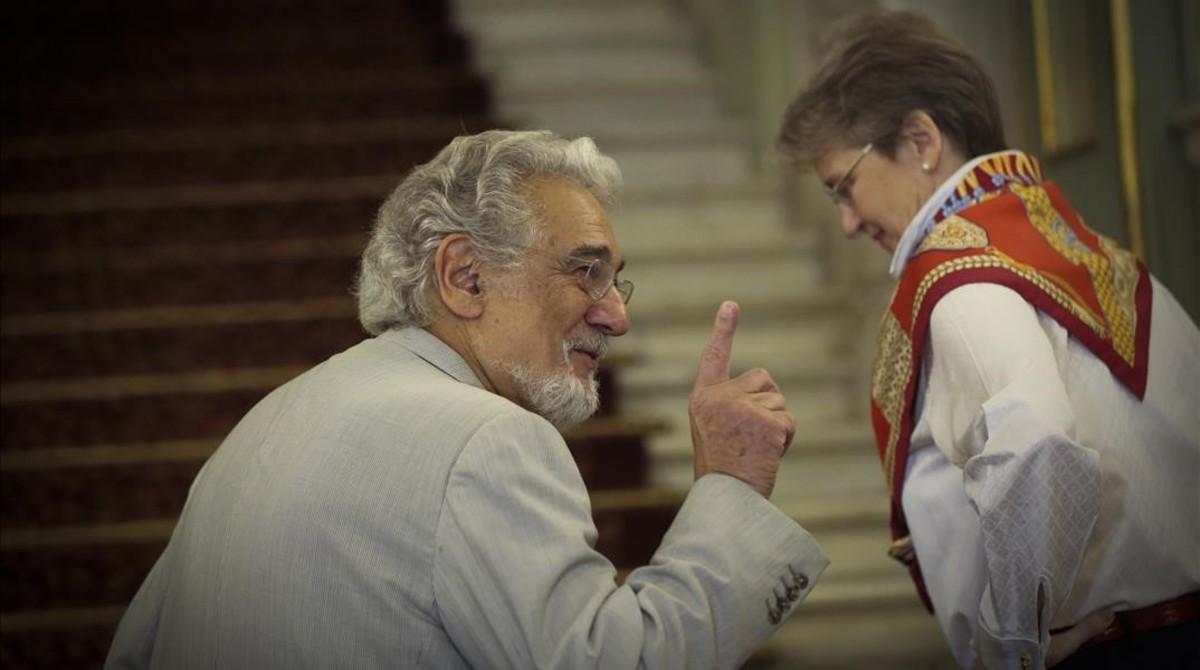El tenor Placido Domingo con Christina Scheppelmann, directora artística del Liceu, poco antes dela rueda de prensa queofreció en el Gran Teatre con motivo del 50 aniversario de su debut en el coliseo.