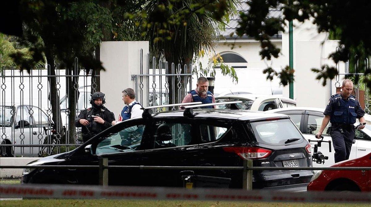 Policías ante una de las dos mezquitas que sufrieron ataques terrorista en Christchurch, Nueva Zelanda.