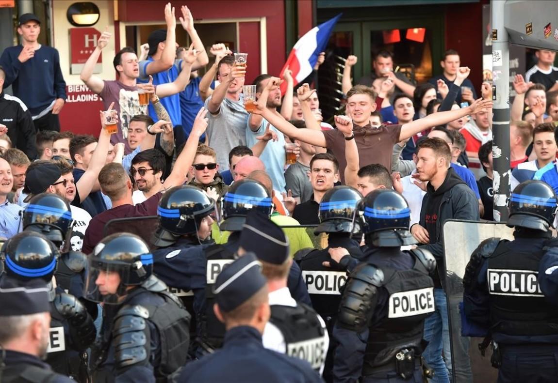 Policíascolocados delante de los aficionados ingleses en el centro de Lille.
