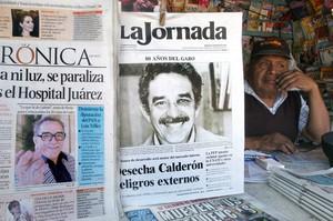 Portada del diario mexicano 'La Jornada', que el 6 de marzo del 2007difundió por primera vez una fototomada aGabriel García Márquez con los efectos del presunto puñetazo que le asestó Mario Vargas Llosa y que puso fin a la amistad entre ambos.
