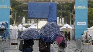 Preparativos del escenario para los parlamentos de la manifestación independentista de la Diada 2019 en Barcelona.