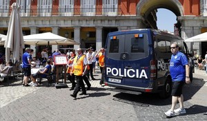 Presencia policial en la Plaza Mayor antes del partido.