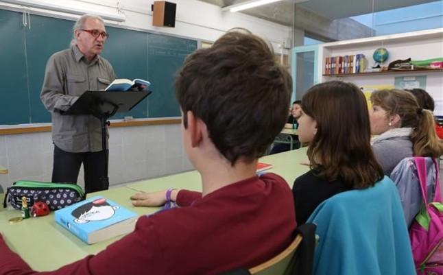 El profesor August García, dirigiendo con sus alumnos una lectura de Wonder en la escuela El Castellot de La Múnia.