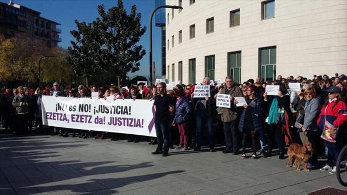 Protesta ante el juzgado de Pamplona contra 'La manada', en noviembre.