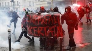 Manifestantes se enfrentan con la policia antidisturbios durante la huelga general en París.