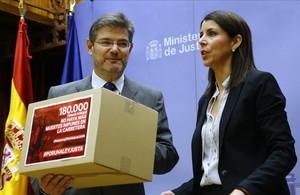 El minsitro Rafael Catalá junto a Anna González, la viuda del ciclista de Lleida Óscar.