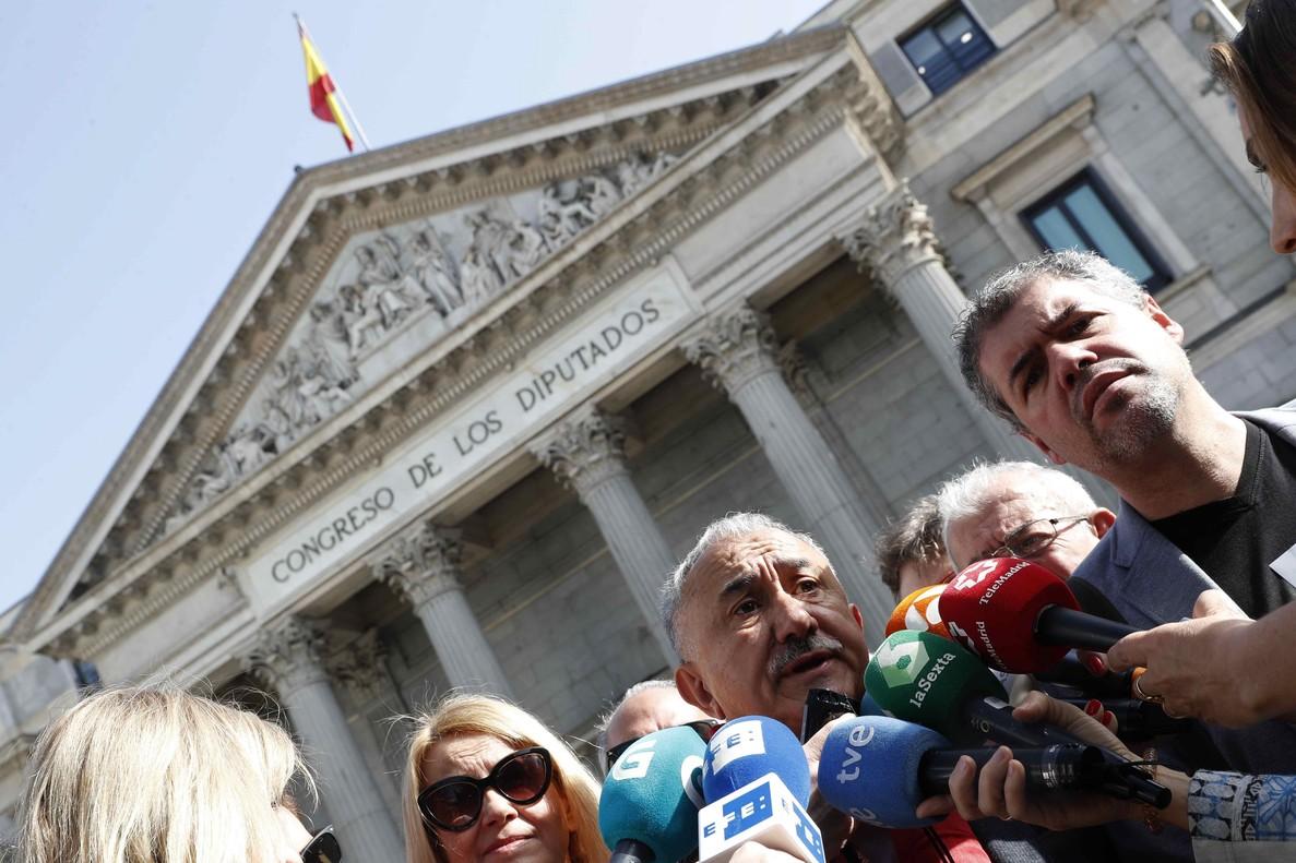 Los secretarios generales de UGT y CCOO, Pepe Álvarez (c), y Unai Sordo (d) respectivamente, recogen firmas por las pensiones en la puerta del Congreso de los Diputados.