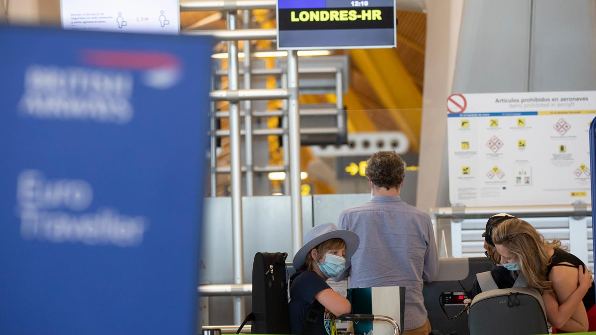 El Reino Unido impone cuarentena a los viajeros que procedan de España. En la foto, pasajeros hacen el 'check in' en el aeropuerto de Madrid-Barajas para volar a Londres.