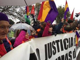 Manifestantes republicanos convocados por el Foro por la Memoria Histórica se han manifestado a la puerta del Valle de los Caídos.