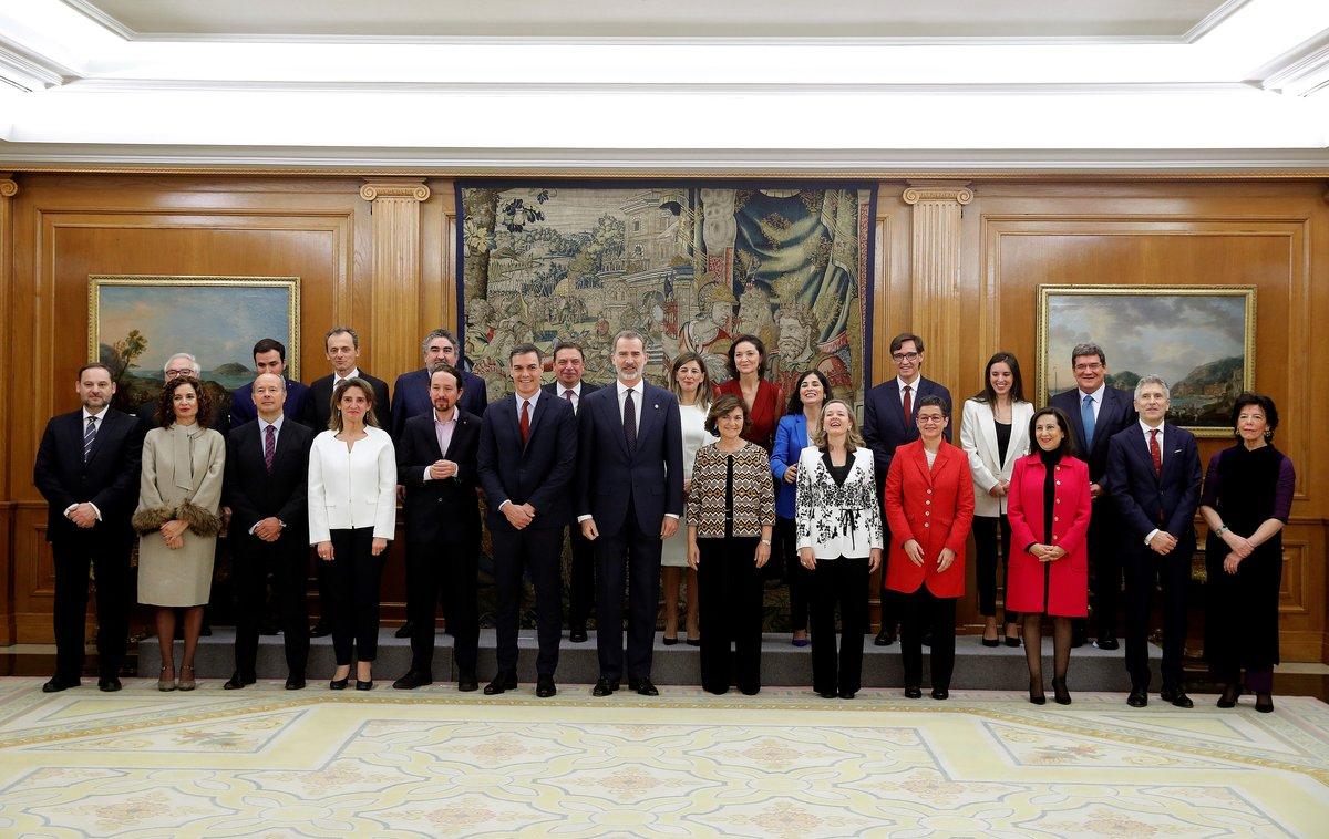 El Rey posa con los 23 miembros del Gobierno PSOE-Unidas Podemos.