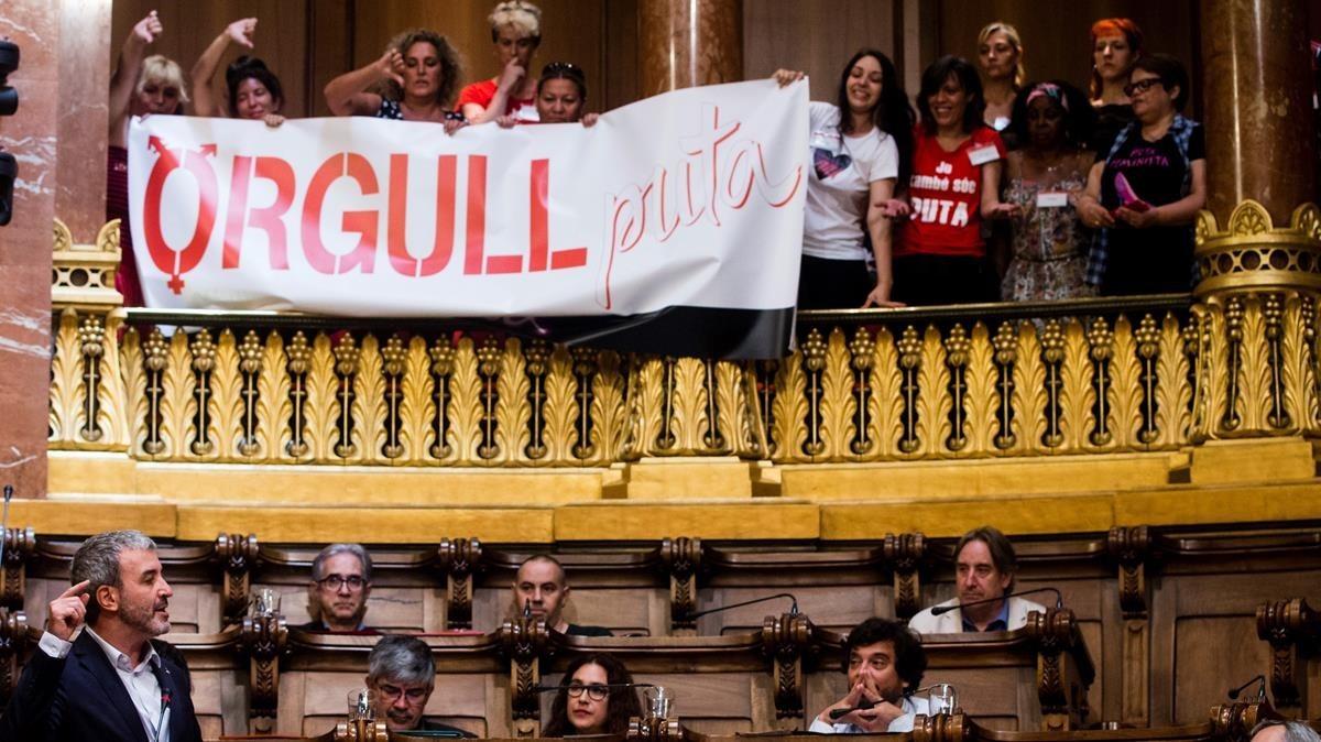 Un grupo de mujeres protestan en el pleno durante la intervención de Jaume Collboni en defensa de su protesta para prohibir la prostitución, este viernes.