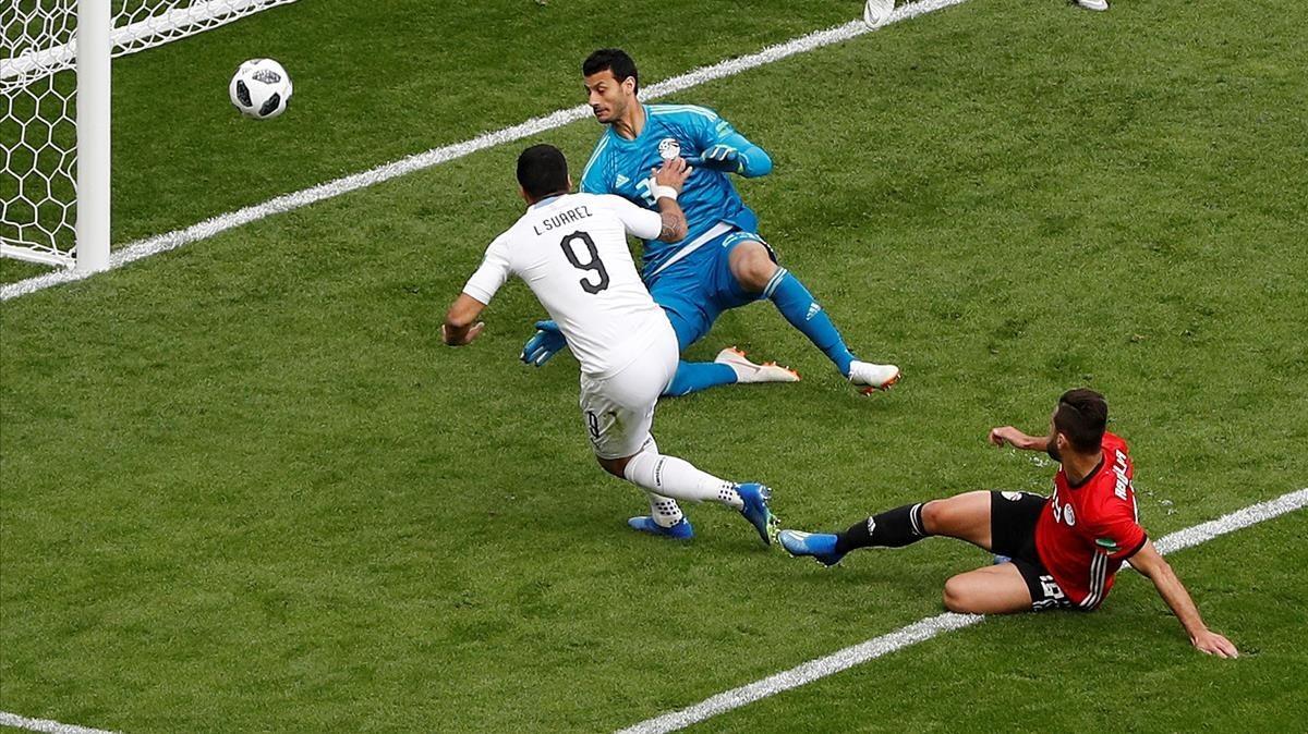 Luis Suárez dispara fuera en su primera ocasión clara.