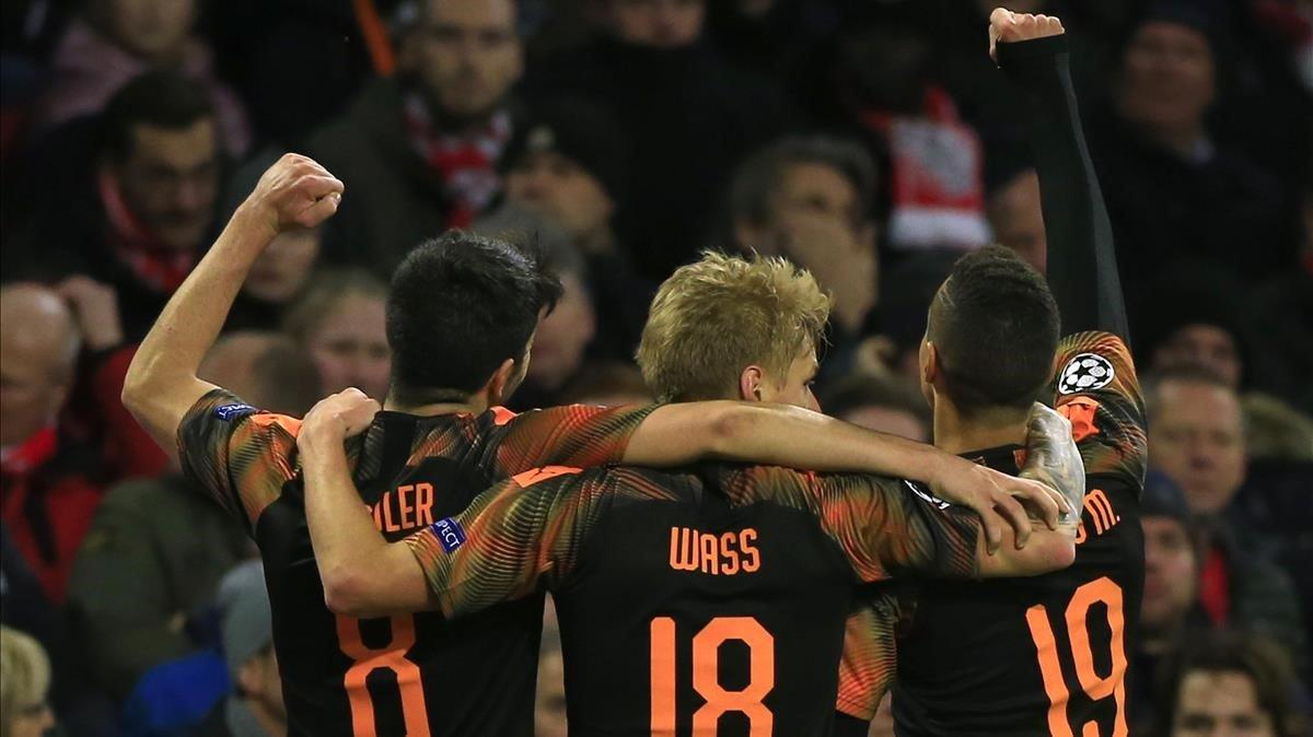 Rodrigo (derecha) celebra su gol junto a Wass y Soler.
