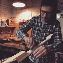 El lutier David Prat, de Rubí, treballant al seutaller.