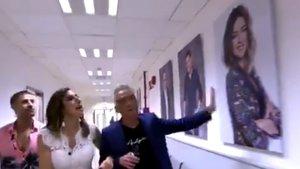 El polémico gesto de Paz Padilla y Kiko Hernández con la foto de Sandra Barneda en los pasillos de Mediaset