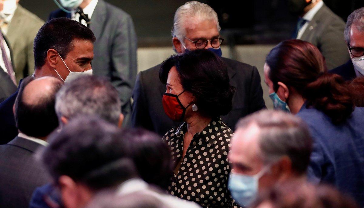 Pedro Sánchez conversa con la presidenta del Banco Santander, Ana Patricia Botín,tras la conferencia 'España puede' este 31 de agostoen la Casa de América en Madrid.