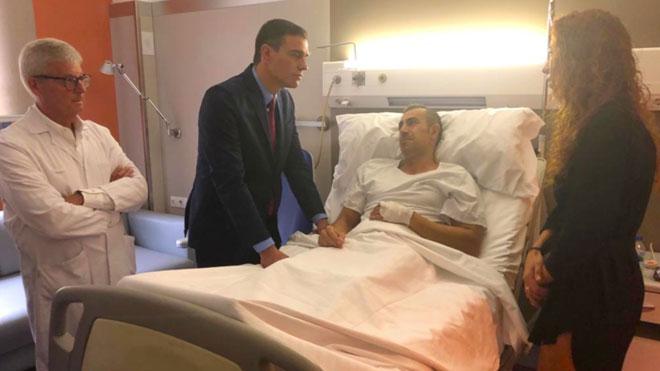 El presidente en funciones, Pedro Sánchez, durante su visita a la Jefatura Superior de Policía en Via Laietana (BCN), este lunes.