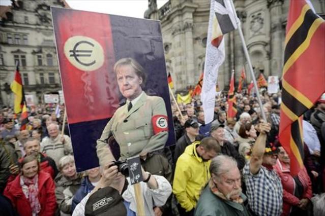 Seguidores de Pegida, en una protesta contra Merkel y los refugiados.