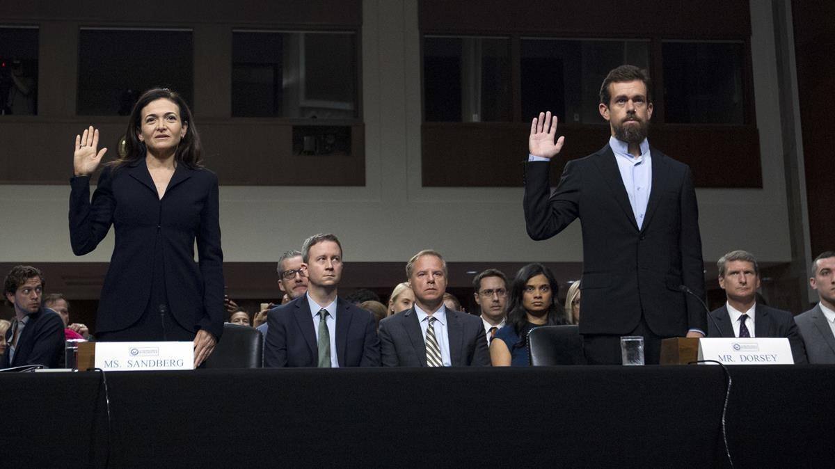 Sheryl Sandberg, jefa de operaciones deFacebok, y Jack Dorsey, CEO de Twitter, en la comisión del Senado, este miércoles