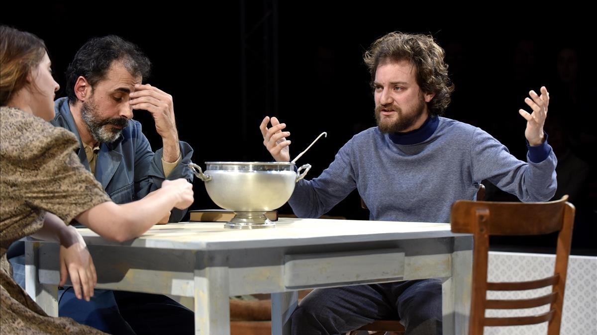 Maria Rodríguez, Lluís Villanueva y Pol López, en una escena de la obra de Arnold Wesker.