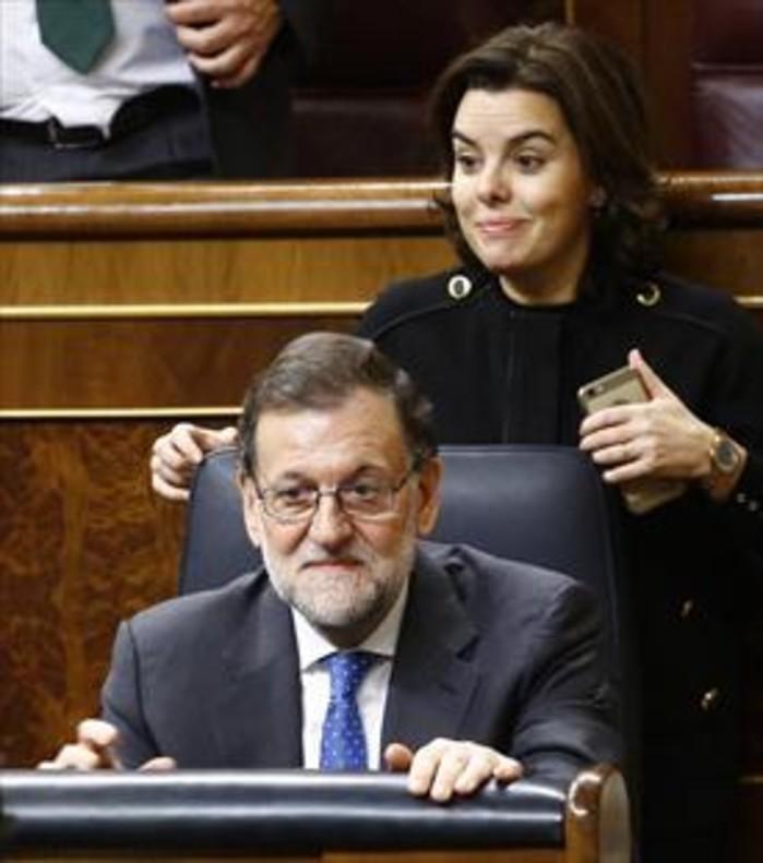 El presidente del Gobierno, Mariano Rajoy, y la vicepresidenta, Soraya Sáenz de Santamaría, en el Congreso de los Diputados.