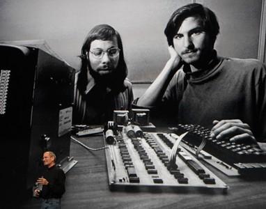 Steve Jobs mostra una de les seves primeres fotos al capdavant d'Apple, amb el cofundador Steve Wozniak.