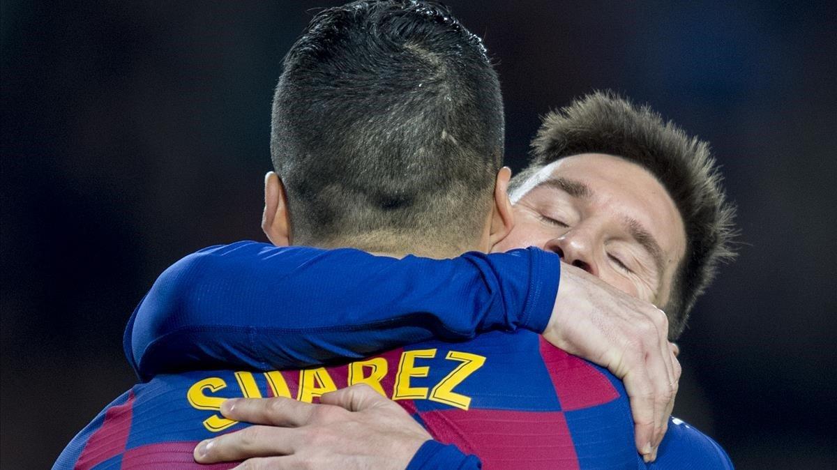 Suárez felicita a Messi tras el 5-2 al Mallorca en el Camp Nou.