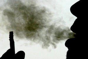 BAR11 BANGKOK TAILANDIA 30 05 05 Un hombre exhala una bocanada de humo de un cigarro en Bangkok Tailandia hoy lunes 30 de mayo Durante el dia internacional contra el tabaco que se celebra manana martes 31 de mayo se han organizado numerosos eventos alrededor de todo el mundo para concienciar a los fumadores de los riesgos que conlleva el tabaco Por otra parte el instituto de fomento de la salud tailandesa ha afirmado que desde el ano 2000 cada fumador ha bajado el consumo de cigarrillos de los 1 000 a los 800 pero cada vez mas mujeres y jovenes se enganchan a este vicio para demostrar una forma de vida independiente y moderna EFE Barbara Warton