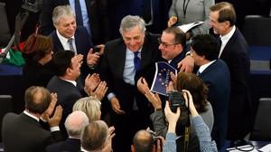 Tajani, felicitado tras su elección.
