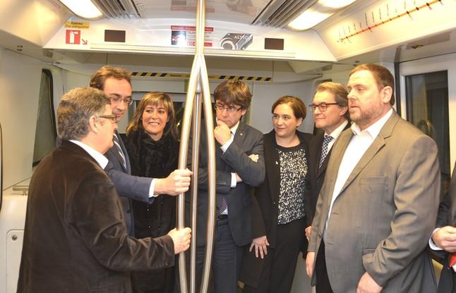 Tejedor, Rull, Marín, Puigdemont, Colau, Mas y Junqueras, a bordo del metro, rumbo al aeropuerto.