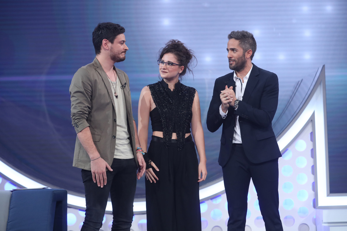 Los nominados de 'OT' (TVE-1) Cepeda y Thalía, con el presentador, Roberto Leal.