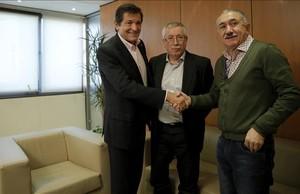 Javier Fernández (PSOE) saluda a los lideres sindicales antes del encuentro.