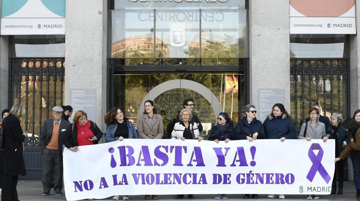 Trabajadores del ayuntamiento de Madrid, con Manuela Carmena a la cabeza, se manifestan hoy contra la violencia machista tras el último asesinato, en Loeches (Madrid).