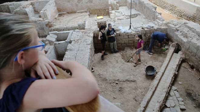Trabajos en la casa Santmartí, en el Born, con una canalización hacía el Rec Comtal.
