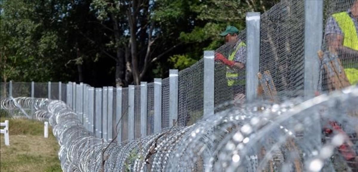 Trabajos en un sector de la valla levantada por Hungría en su frontera con Serbia, el 31 de mayo pasado.