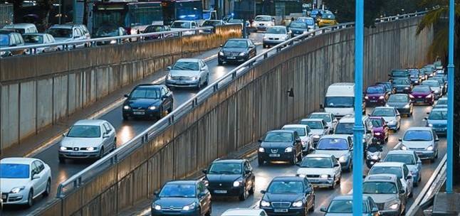 Tráfico intenso en un acceso de la Ronda de Dalt de Barcelona.