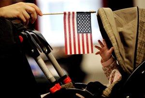 JLX03 NUEVA YORK ESTADOS UNIDOS 31 10 2018 - Imagen de archivo que muestra a un bebe que intenta alcanzar la bandera estadounidense que sostiene su madre en Nueva York Estados Unidos el 14 de enero de 2011 El presidente de Estados Unidos Donald Trump aseguro ayer 30 de octubre de 2018 que quiere poner fin al derecho a la ciudadania para los nacidos en el pais lo que ha suscitado numerosas criticas y supone un aumento de su tono antiinmigracion en medio de la campana de las elecciones legislativas del 6 de noviembre EFE Justin Lane
