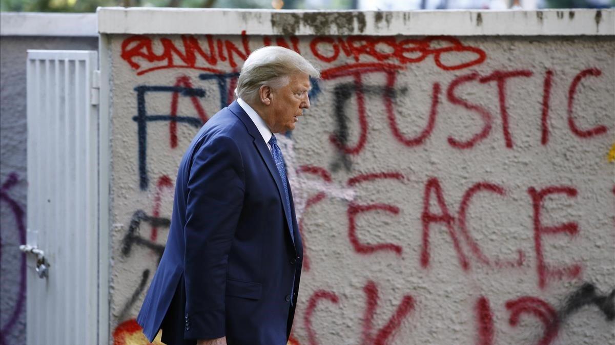 Trump el pasado lunes de camino a la iglesia de St John situada frente a la Casa Blanca.