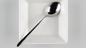 Una cuchara en un plato.