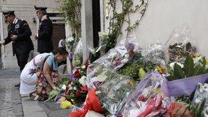 Una mujer deposita un ramo de flores frente a la comisaría de los Carabinieri en la que Rega estaba destinado, ayer en Roma.