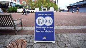 Una señal urge a mantener la distancia social en las instalaciones donde se celebra el US Open.
