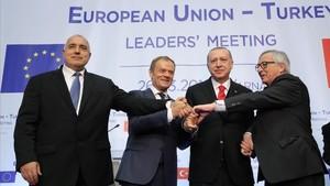 El primer ministro búlgaro, Boiko Borisov, Tusk, Erdogan y el presidente de la Comisión Europea, Jean-Claude Juncker, en la cumbre.