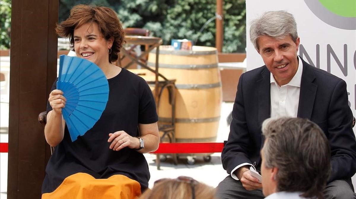 La candidata Soraya Sáenz de Santamaría y el presidente de la Comunidad de Madrid, Ángel Garrido, en un acto este domingo en Madrid.