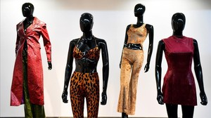 Varios diseños y modelos mostrados en la exposición de las Spice Girls.